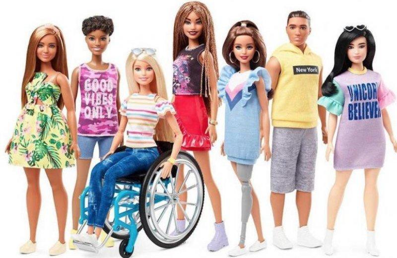 Выпущены первые куклы Барби в инвалидной коляске