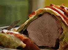Мясо в капустных листьях