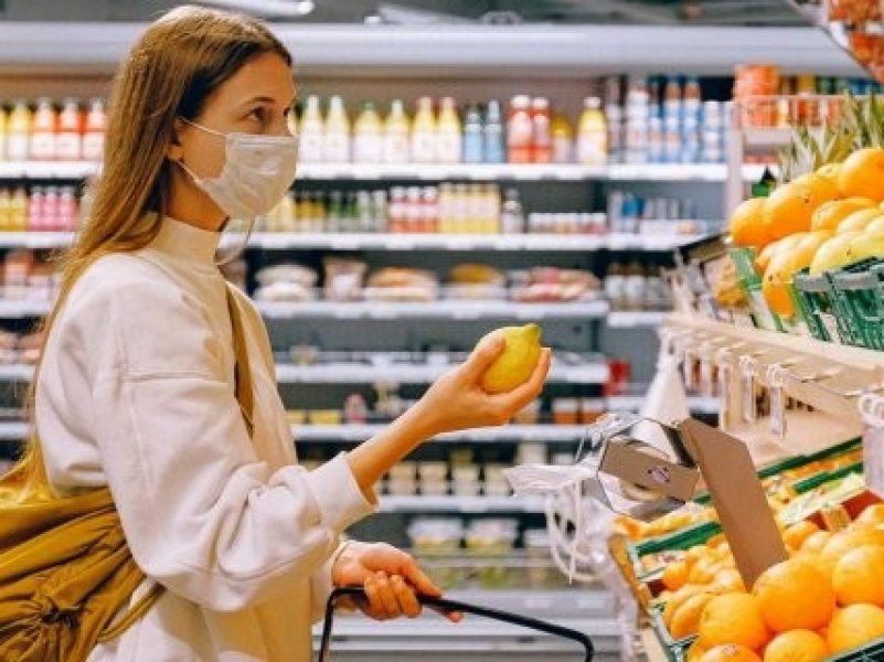Жители России стали ходить в магазины по-новому