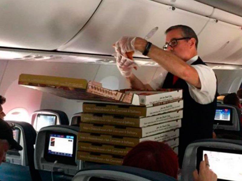 Сердобольный пилот заказал пиццу застрявшим на борту пассажирам