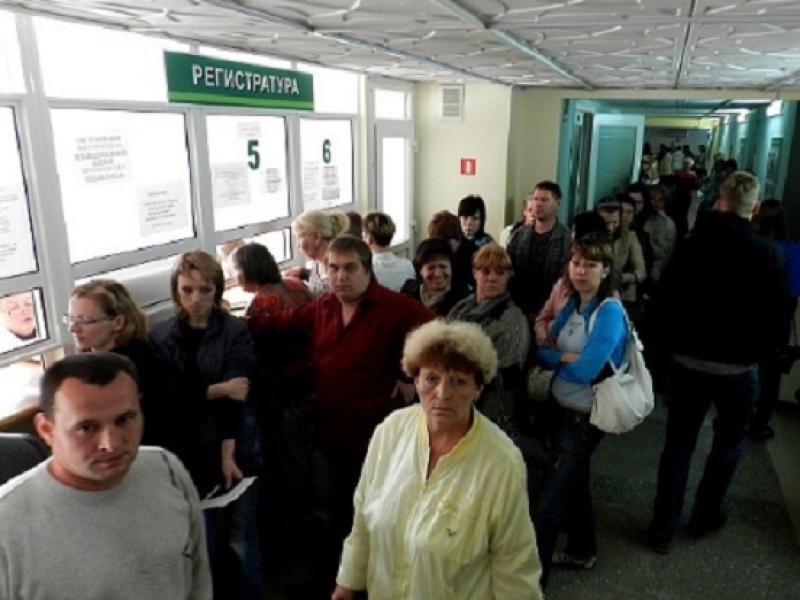 Россияне стоят в огромных очередях за медсправками для водительских прав