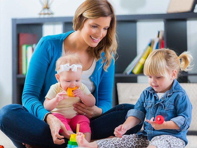 Многодетным семьям с детьми до трех лет хотят предоставлять нянь