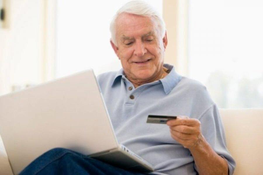 Россиянам рассказали, почему нельзя хранить пенсию на банковской карте