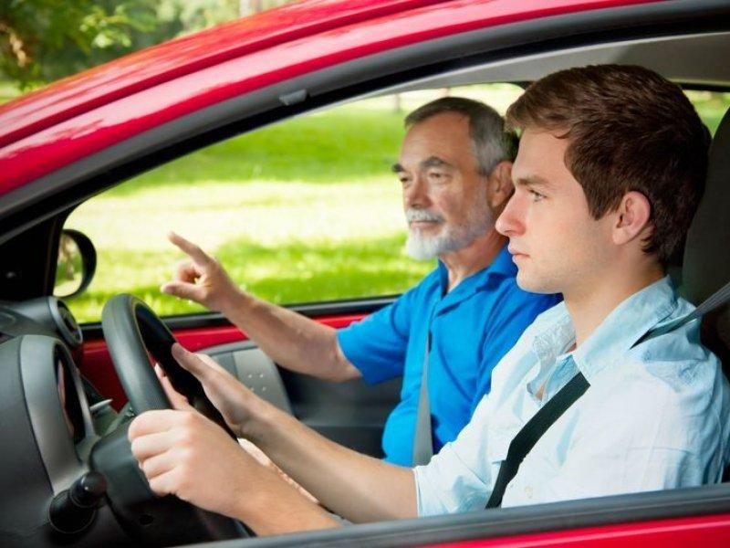 Подросткам разрешат водить машину в сопровождении взрослых