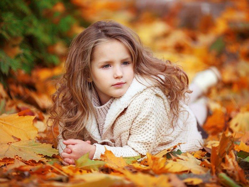 Как правильно одеть ребенка на прогулку осенью?
