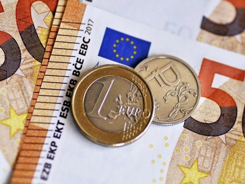 Впервые за четыре года курс евро  взлетел выше 90 рублей