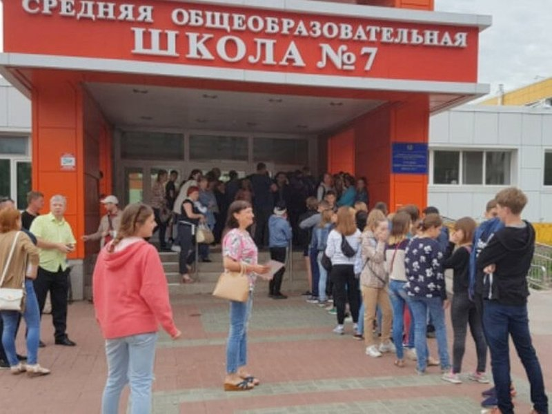 В российских школах выстроились огромные очереди на измерение температуры