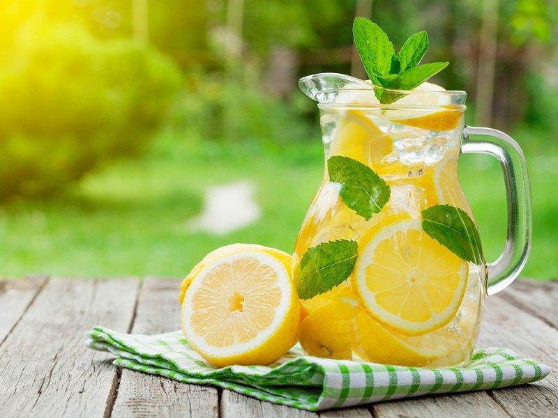 Какими напитками идеально утолять жажду в жару