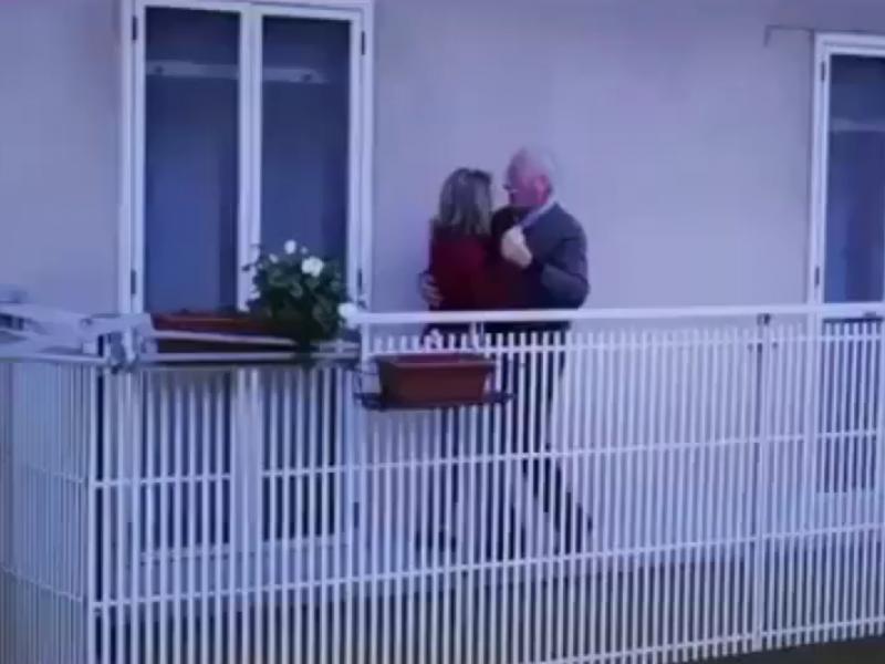Жители Италии танцуют и поют на балконах