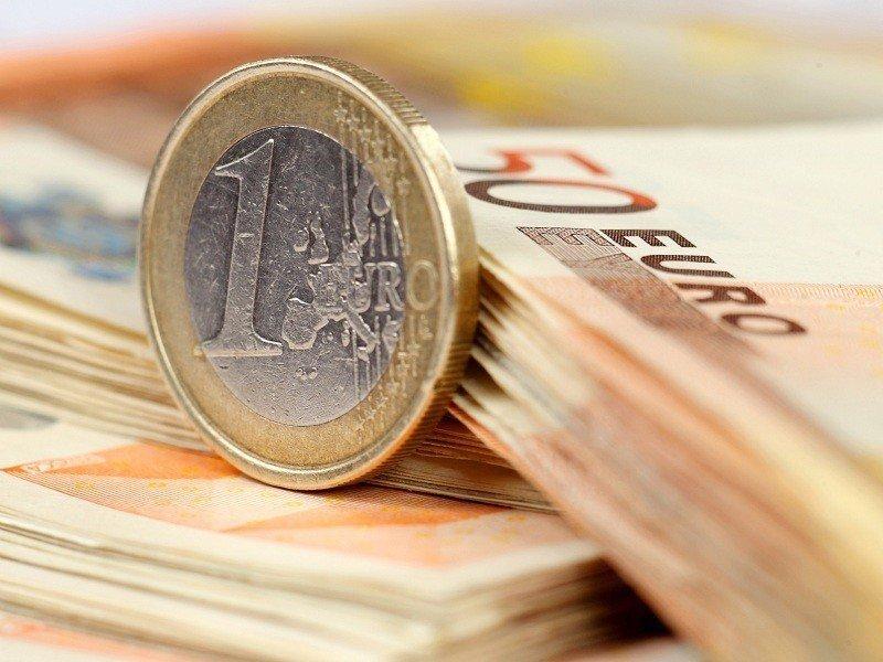 В понедельник курс евро вырос на 80 копеек на открытии торгов