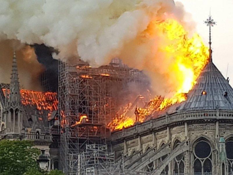 Собор  Парижской Богоматери сгорел почти дотла