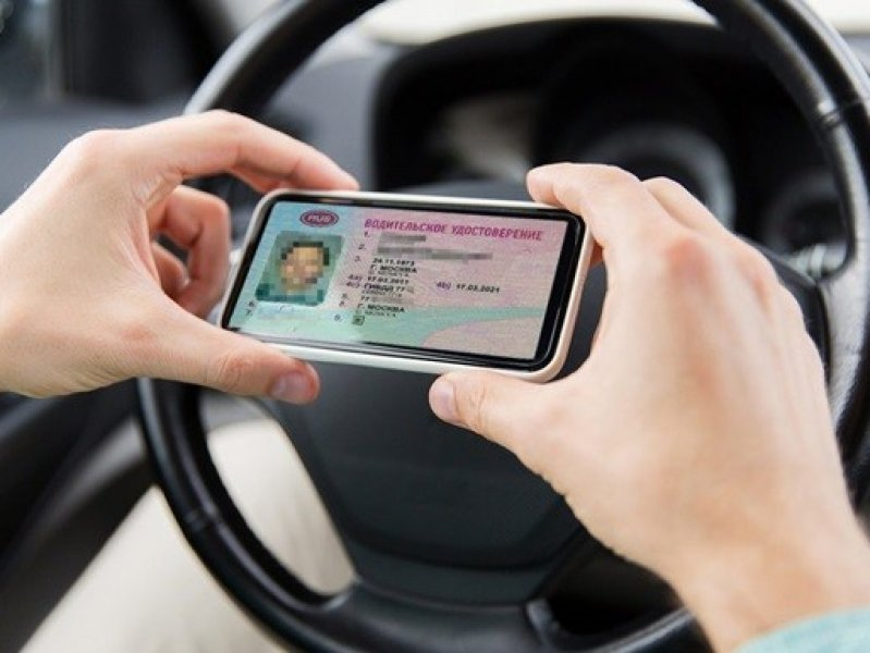 Россияне смогут предъявлять водительские права со своего смартфона