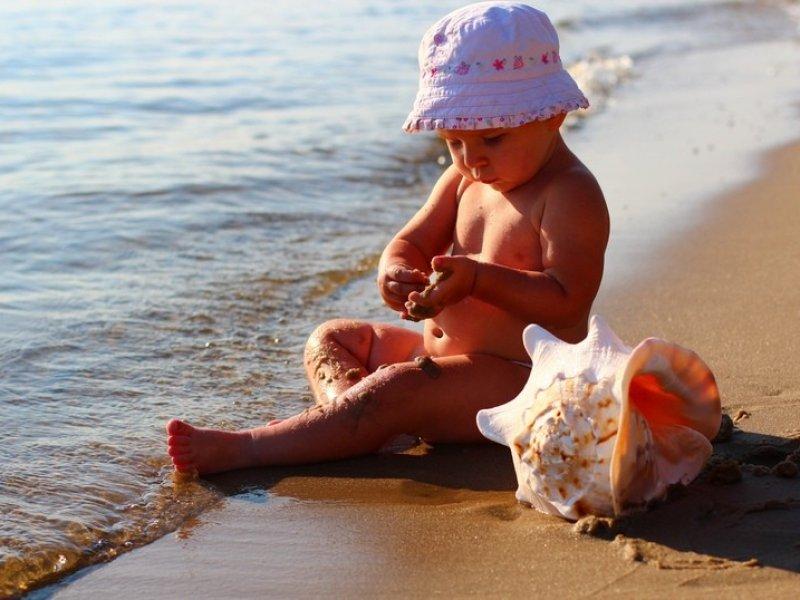 Советы доктора Комаровского: с какого возраста можно везти ребенка на морской  курорт?