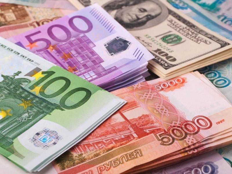 Рубль рухнул : эксперты советуют — не поддаваться панике
