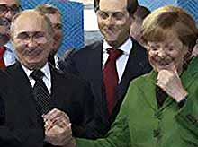 Полуголые активистки прорвались к Путину и Меркель  (ФОТО, ВИДЕО). Президент только посмеялся.