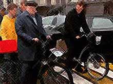 Жириновский приехал в Госдуму на велосипеде