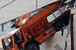 """Горе-водитель """"выпал"""" вместе с грузовиком с 3 этажа. (видео)"""