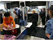 В аэропортах будут вскрывать все емкости с жидкостями, включая лекарства.