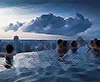 Бассейн парящий под облаками (фото)