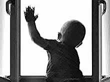 Прохожий спас выброшенного из окна ребенка