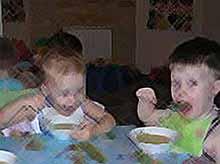 Как правильно кормить детей в д/саду?