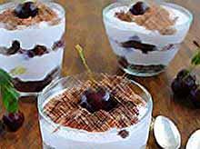 Творожно-йогуртовый десерт с вишней.