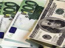 Доллар и евро продолжают расти.