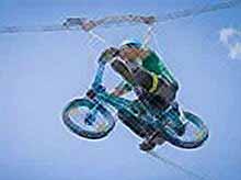 В парке по воздуху на велосипеде