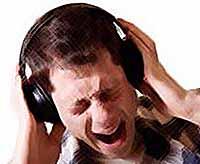 Врачи заявляют: громкая музыка в наушниках крайне опасна для мозга