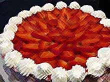 Песочный торт с клубникой и взбитыми сливками