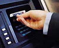 Бюджетникам будут зачислять зарплату только на банковские карты