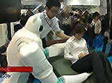 В Японии роботов научили носить людей на руках (видео)