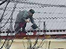 Бабушка  не дождалась коммунальщиков и… починила крышу пятиэтажки. Без страховки!(видео)