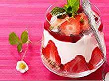 Клубничный десерт с орехами и сливочным кремом