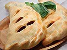 Кальцооне (итал. calzone) - закрытая пицца.
