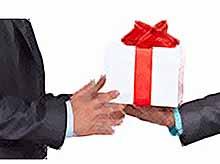 Чиновникам запретили принимать подарки на Новый год