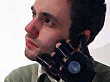 Мобильный телефон в форме перчатки