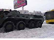 На Кубани застрявшие в снегу машины вытаскивают на бронетранспортерах бойцы ОМОНа.