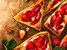 Вкусно и просто: слойки с клубникой