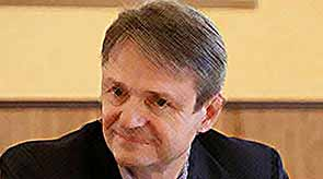 Александр  Ткачев зарабатывает меньше жены
