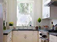 Как оборудовать маленькую кухню?