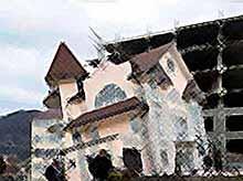 """В Сочи случилось ЧП : обрушился тоннель,превратив трехэтажный дом в \""""Пизанскую башню\"""""""