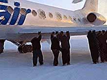 Удивительное видео: пассажиры толкают примерзший самолет.