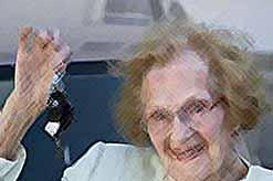 Британская бабушка, в возрасте 100 лет, водит машину 85 лет, и ни разу не врезалась