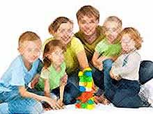 В России семьям с четырьмя детьми предложено платить по 100 тысяч рублей в месяц