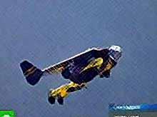 Человек -птица обогнал военный самолет (видео)