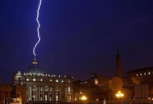 Молния ударила в собор Святого Петра после отречения Папы Римского